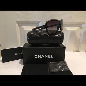 Chanel Blk Lrg. Shield w/ Silver Top chain St#6043